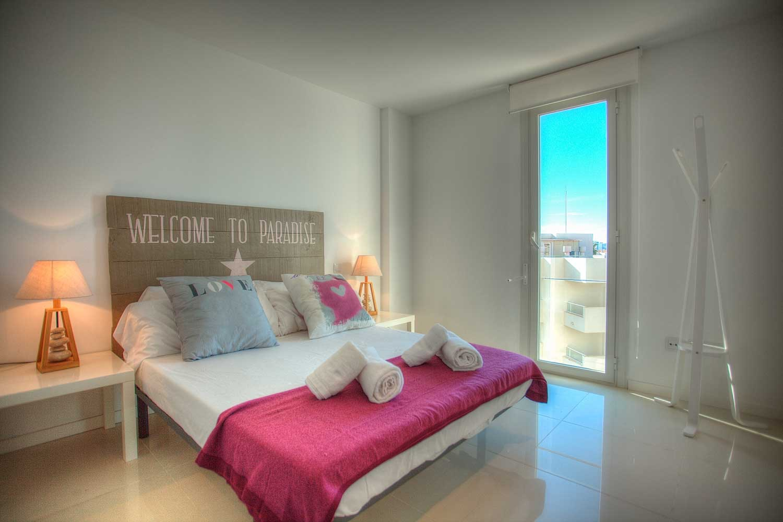 Moderno apartamento de 2 dormitorios frente al mar en venta en Ibiza