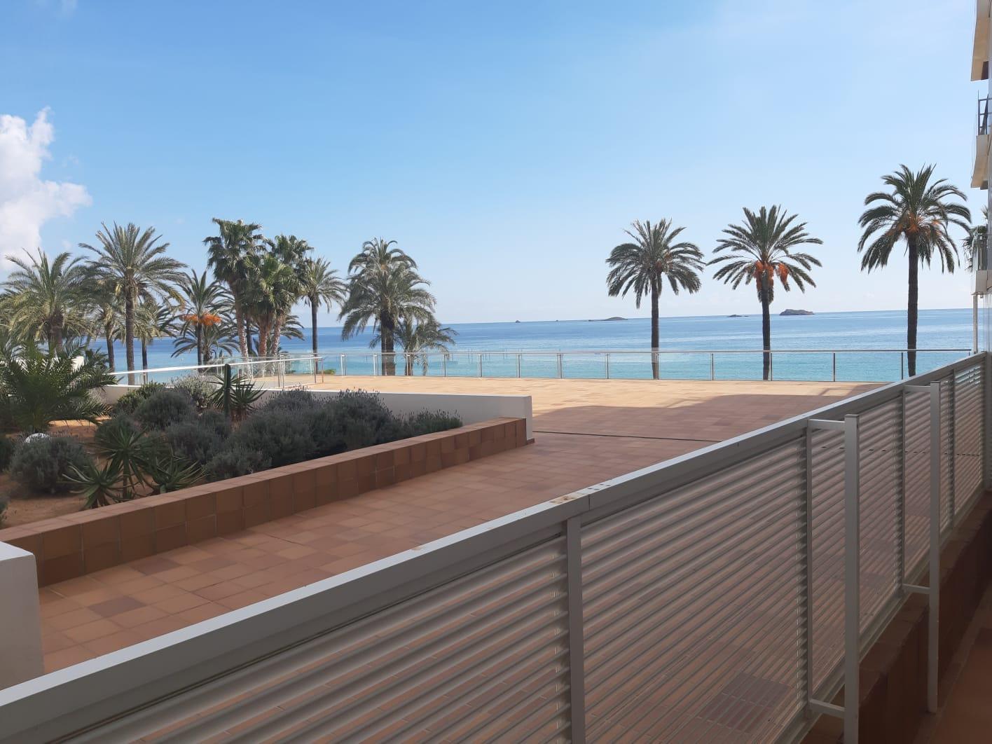 شقة 3 غرف نوم جميلة للبيع في الإقامة الفاخرة على شاطئ البحر في إيبيزا