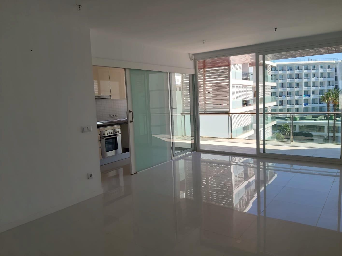 Moderno apartamento de 2 dormitorios con gran potencial junto al mar en Playa d'en Bossa