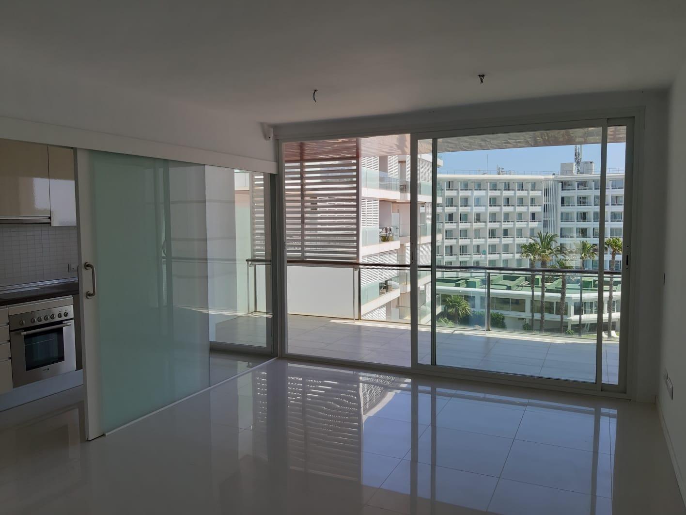 Precioso apartamento luminoso de 2 dormitorios en residencia frente a la playa en Playa d'en Bossa