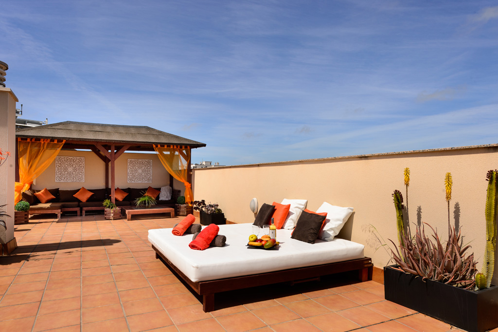 Magnificent and spacious penthouse, with views of the sea and the mountains located in Playa D'en Bossa