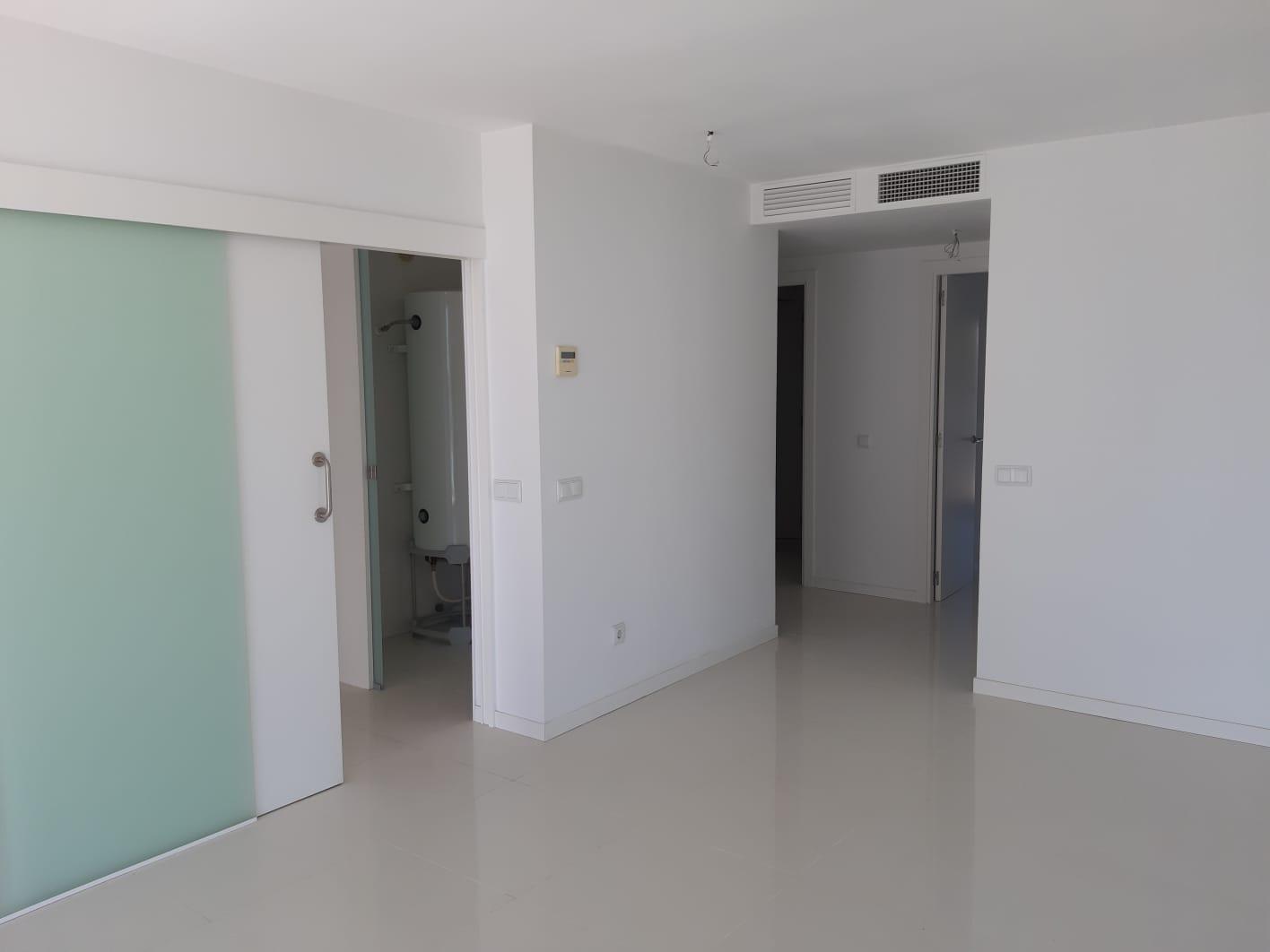 Precioso apartamento de 2 dormitorios en residencia moderna frente al mar en Playa d'en Bossa, Ibiza