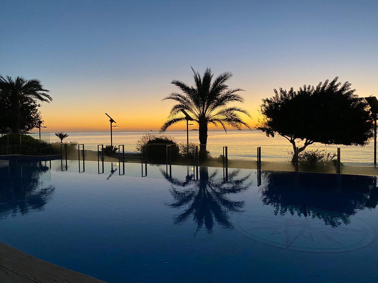 Bonita planta baja situada a pocos metros del mar, con salida privada a la piscina y acceso a la playa.